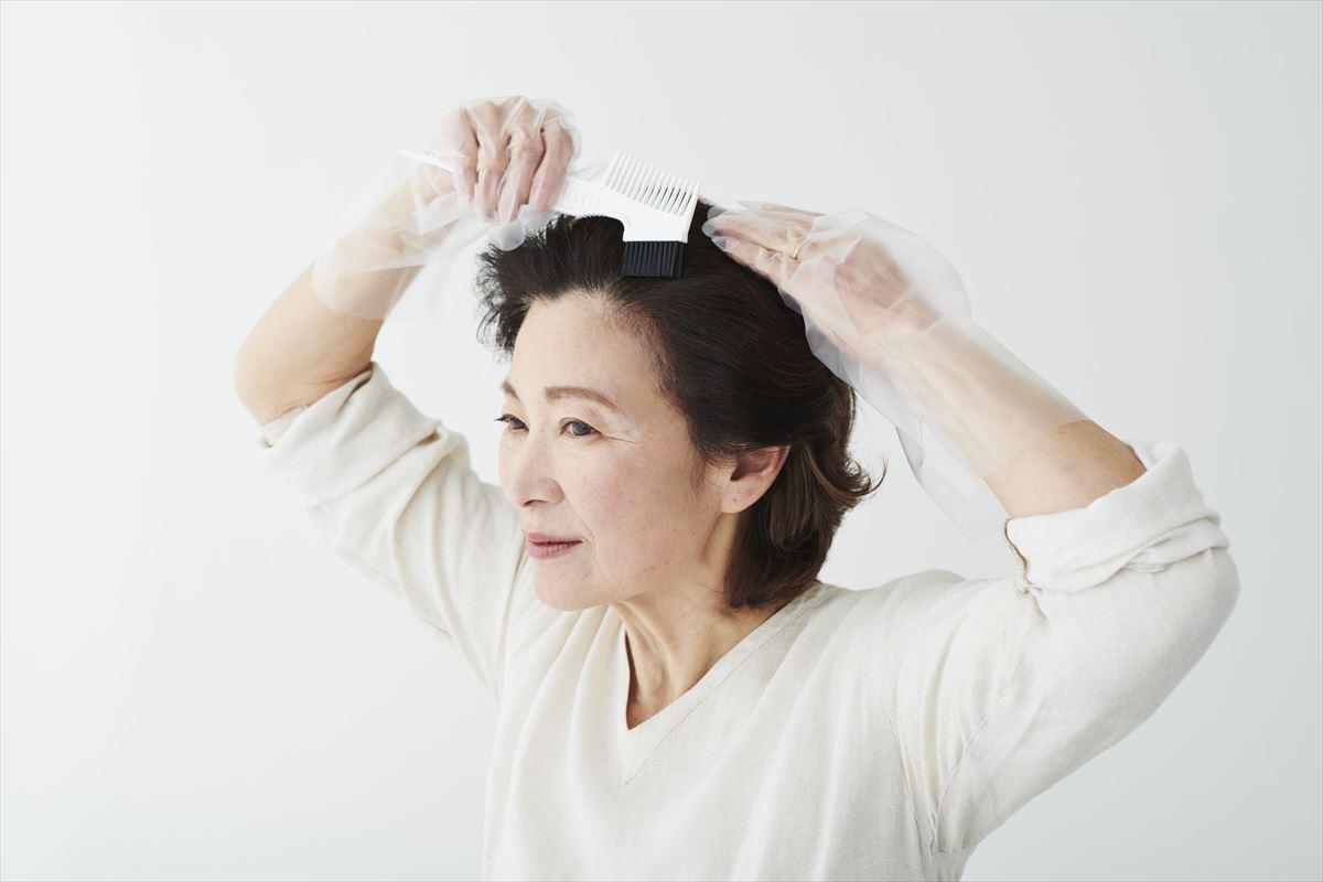 白髪染めトリートメントを使用する女性