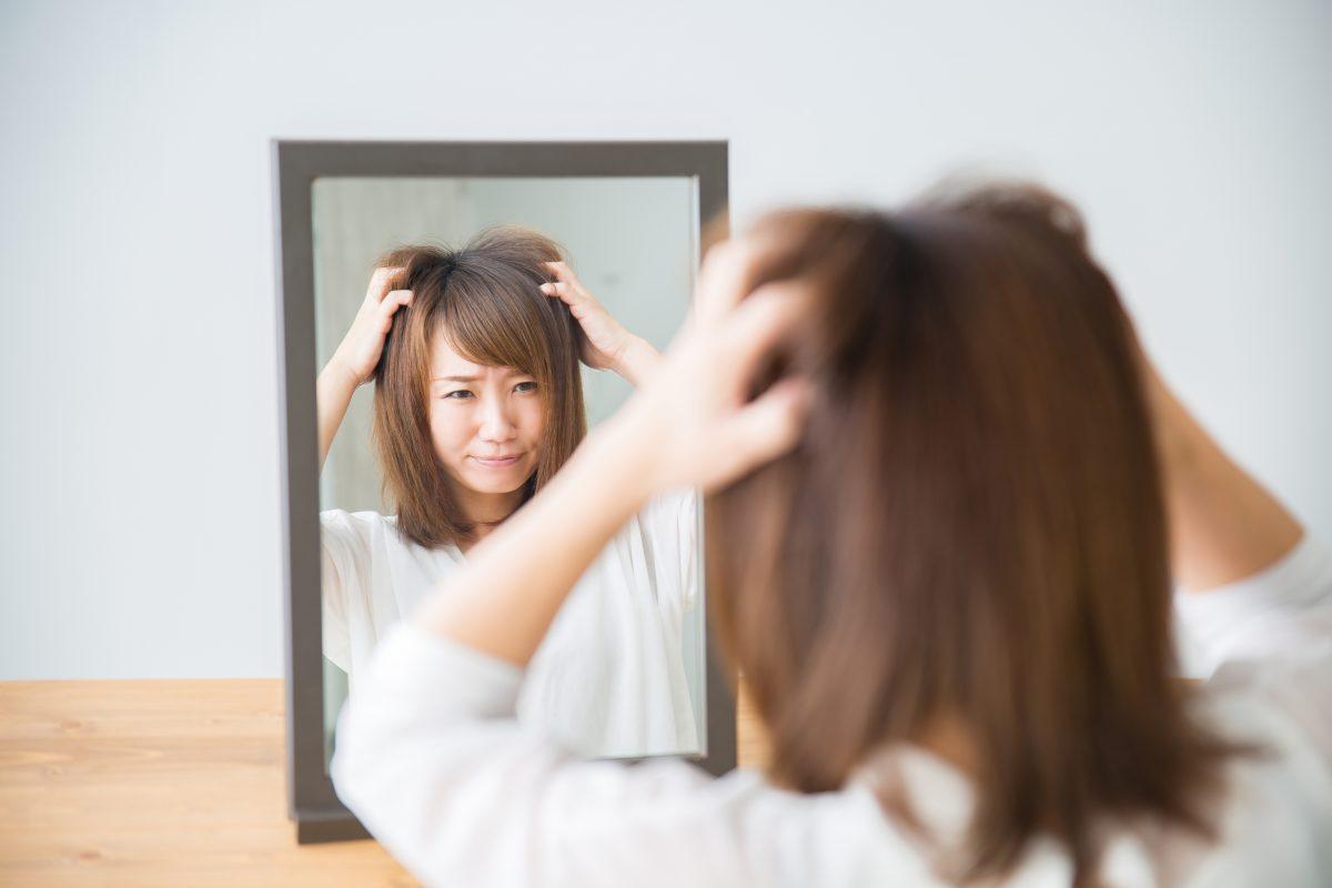 髪のうねりが気になる女性